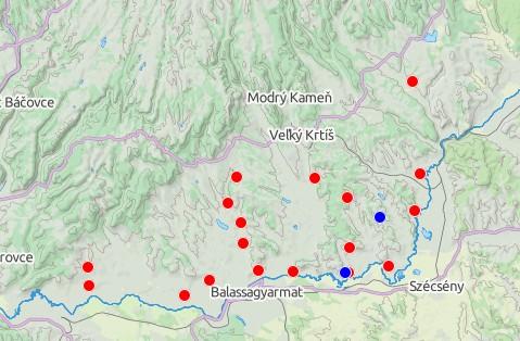Paleolitické náleziská v okrese VK (modrá - starší paleolit, červená - mladší paleolit)